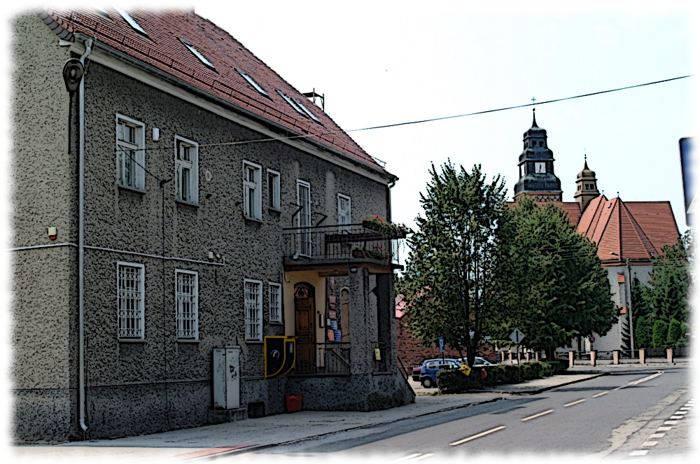 Budynek Urzędu Gminy oraz widok na kościół parafialny.